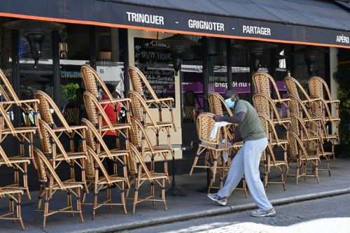 Paris: Hidalgo annonce l'extension gratuite des terrasses de bars et restaurants