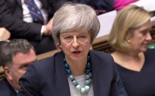 Theresa May annonce au parlement le report du vote sur l'accord de Brexit