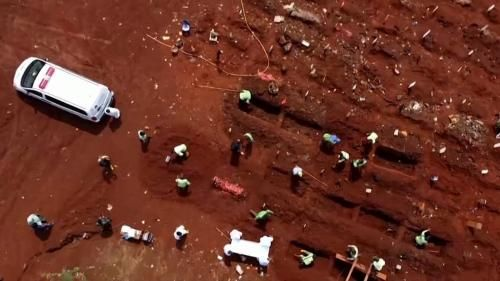 VIDEO. En Indonésie, un cimetière submergé par les morts du Covid-19